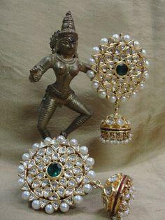 Uncut diamond jhumka matching to the ring I like India Jewelry, Temple Jewellery, Diamond Jewelry, Silver Jewelry, Silver Earrings, Jewelry Accessories, Jewelry Design, Jewelry Patterns, Beautiful Earrings