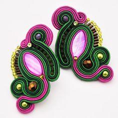 """Silberne Ohrringe Soutache """"Snake"""" mit Seide und Glasperlen. Die Rückseite der Ohrringe wurde mit weichem Leder verarbeitet, was sie sehr leicht ma..."""