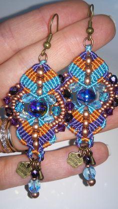 Boucles d'oreilles bohème chic en macramé orange, violet et turquoise, perles de bohème et toupies en cristal Swarovski, rocailles tchèques : Boucles d'oreille par elyss-craft