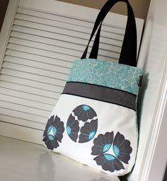kvítka pro ...Tebe :-) Originální kabelka ...na toulky městem ... Kabelka je ušitá z krásných bavlněných látek (ze zahraničí) Přední díl je ozdobně členěn a dozdoben AUTORSKOU aplikací květů:-) ♥ ♥ ♥ Zapíná se na ZIP !!!!! je krásně pevná a dobře drží svůj tvar ! ...vypodšivkovaná s kapsama ... výška-39 cm šířka-44 cm hloubka-4 cm délka uch-58cm na...