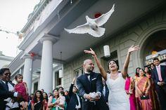 Der aufregende Moment und Höhepunkt der Hochzeit: das Tauben fliegen lassen. Ein solch schöner Brauch, der sich auf den Hochzeitsfotos richtig gut macht :) -Von Oleg Rostovtsev