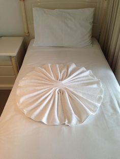 Put the towel on the bed. with your finger you will pull the edge of the towel until the center. Bedroom Wall Designs, Bedroom Decor, Towel Origami, Bathroom Towel Decor, Hotel Towels, Toilet Paper Crafts, Towel Animals, How To Fold Towels, Romantic Room