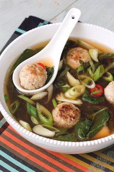 Zuppa con polpette di maiale e zenzero: scopri un comfort food dal gusto intenso, di ispirazione orientale.  [Pork meatballs and ginger soup]
