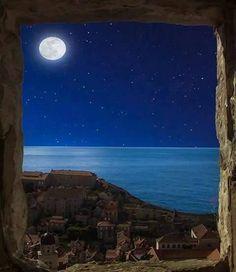 Post #: Boa noite! SEJA FELIZ! Não fique triste! A vida é linda demais... Olha a lua, as estrelas Estão lá a brilhar porque você existe... O sol? Vêm todas as manhãs te beijar a pele E você nem o nota, ...As flores? Ah! As flores são mágicas, Nasceram pra fazer seu olhar brilhar Toda vez que olhar pra elas. Ah! Ainda falta alguém? Falta você... Olha você!... Que obra prima de Deus, Escolhida por Ele para viver e ser feliz.