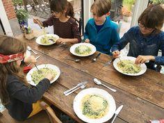 """Als hier vriendjes komen logeren - en dat gebeurt vaak - klinkt er steevast één verzoek uit die mondjes: """"Judith, maak je alsjeblieft weer je spaghetti met groene saus?"""" Mijn man slaakt dan een diepe"""