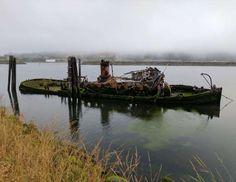 Outra embarcação desprezada em Gold Beach, Oregon, EUA. - All Rights Reserved/cnotedrums