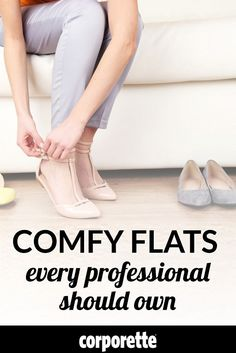 If you don& find ballet flats all that comfortable, we rounded up four of the most comfortable flats every professional should own. Business Casual Outfits For Women, Office Outfits Women, Work Outfits, Skirt Outfits, Flats Outfit, Dress Flats, Comfortable Work Shoes, Professional Wardrobe, Work Fashion