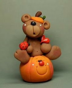 Russian site - Pumpkins for Angie Polymer Clay Disney, Polymer Clay Halloween, Polymer Clay Ornaments, Sculpey Clay, Polymer Clay Christmas, Polymer Clay Projects, Polymer Clay Creations, Clay Crafts, Clay Bear