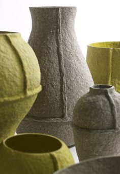These are Paperpulp Vases by Debbie Wijskamp for Serax but it would be so cool to make them out of felt, sewing them together and then using fabric stiffener on them. Vase Centerpieces, Vases Decor, Pottery Vase, Ceramic Pottery, Diy Laine, Diy Recycling, Paper Mache Clay, Papercrete, Paper Vase
