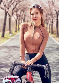 There is nothing quite so beautiful as a women with a bike. Bicycle Women, Road Bike Women, Bicycle Girl, Cycling Girls, Beauty Full Girl, Bike Style, Cute Asian Girls, Beautiful Asian Women, Cycling Outfit