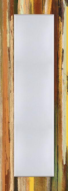 Der erste Blick am Morgen und der letzte am Abend gilt häufig dem Spiegel.  Umso wichtiger eine Auswahl an hochwertigen Spiegeln für den Kunden bereit zu halten. Für jede Zielgruppe. Für jeden Kundengeschmack. Der Spiegel ist aus brillantem Kristallglas mit rundum 2,5 cm Facettenschliff in einem aufwändigen Designerrahmen gerahmt. Der Rahmen ist über Eck verarbeitet.  Made in Germany. Der Spieg...