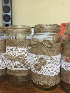 Centro de mesa! Floreros! Handmade Christmas Crafts, Diy Crafts For Gifts, Diy Home Crafts, Easy Crafts, Wine Bottle Crafts, Mason Jar Crafts, Mason Jar Diy, Burlap Lace, Burlap Flowers