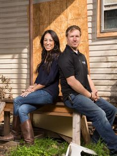 The work is mostly done at the new Magnolia House bed and breakfast. It's time to decorate the tree and ease into the holidays. Browse through this collection of photos of Fixer Upper's Joanna and Chip Gaines enjoying the season. Estilo Joanna Gaines, Chip Und Joanna Gaines, Magnolia Joanna Gaines, Joanna Gaines Style, Gaines Fixer Upper, Fixer Upper Joanna, Magnolia Fixer Upper, Chip Gaines, Magnolia Farms