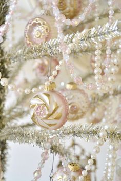 A beautifully decorated tree with vintage style ornaments and pearls. So stylish . #12daysofboux