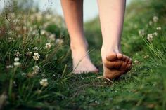Marcher pieds nus dans l'herbe — Walking barefoot in the grass. Kubo And The Two Strings, Walking Barefoot, Going Barefoot, Dont Forget To Smile, Don't Forget, Beltane, Reasons To Smile, Simple Pleasures, Artemis