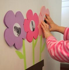 Make pretty picture frames for the wall in floral paper form Picture Frame Crafts, Picture Frames, Kindergarten Portfolio, Gifts For Photographers, Square Photos, Creative Activities, Preschool Art, Button Crafts, Creative Gifts