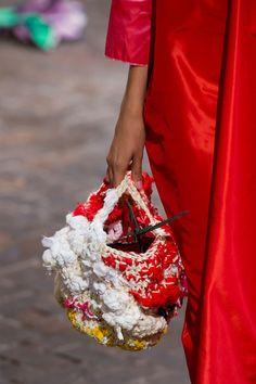 Daniela Gregis at Milan Fashion Week Spring 2017 - Details Runway Photos Crochet Handbags, Crochet Purses, Crochet Ruffle Scarf, Knit Crochet, Knit Fashion, Fashion Bags, Milan Fashion, Fashion Jewelry, Diy Tote Bag
