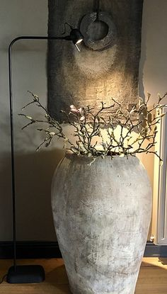 Hoffz Lampe, Krug, Leinentuch – M Puelm Floor Vase Decor, Vases Decor, Wabi Sabi, Vasos Vintage, Interior Decorating, Interior Design, Ikebana, Furniture Decor, Living Room Designs