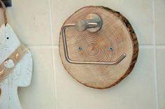 Mit diesem ausgefallenen rustikalem Klopapierhalter macht Ihr auch im Bad Euren Landhaus-Look perfekt... :-) Hier wurde auf eine gehobelte Baumscheibe eine Halterung geschraubt. Die Baumscheibe...