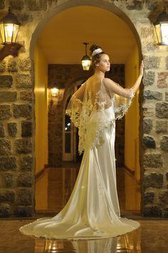 Colección 2015. Lucrecia luce este vestido en satén y capa de tul y encaje.