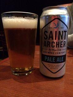 Cerveja Saint Archer Pale Ale, estilo American Pale Ale, produzida por Saint Archer Brewing, Estados Unidos. 5.2% ABV de álcool.