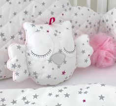 Little owl cushion white and pink with grey stars - Stofftiere Owl Cushion, Cloud Cushion, Quilt Baby, Baby Pillows, Kids Pillows, Baby Sewing Projects, Little Owl, Fabric Toys, Sewing Toys
