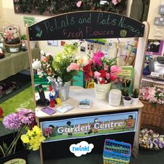 Brilliant garden centre and flower shop classroom role play area. Garden Theme Classroom, Eyfs Classroom, Outdoor Classroom, Eyfs Outdoor Area, Outdoor Play Areas, House 2, Role Play Areas Eyfs, Play Area Garden, Kids Role Play