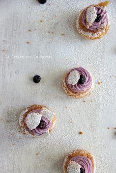 Choux craquelin speculoos, crème légère à la vanille, confit de myrtilles, mousse façon cheesecake à la myrtille