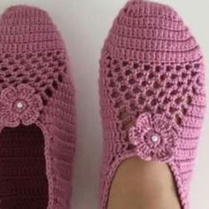 Crochet Slippers with a flower Knit Slippers Free Pattern, Crochet Slipper Pattern, Crochet Beanie Pattern, Knitted Slippers, Crochet Stitches Patterns, Baby Knitting Patterns, Crochet Baby Poncho, Crochet Bows, Crochet Sandals