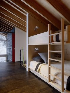 Kicking Horse Residence / Bohlin Cywinski Jackson + Association with Bohlin Grauman Miller Architects / Bunk bed - Literas Bunk Beds With Stairs, Kids Bunk Beds, Loft Spaces, Small Spaces, Modern Bunk Beds, Modern Bedroom, Bunk Rooms, Bedrooms, Cabin Interiors