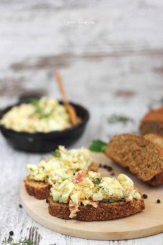 Salata de oua prezentare Romanian Food, Romanian Recipes, Good Food, Yummy Food, Healthy Salads, Egg Recipes, Quick Meals, Salmon Burgers, Entrees