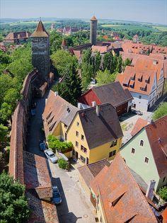 The city walls of Rothenburg ob der Tauber in Bavaria / Germany (by Dmihel).