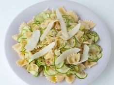 Découvrez la recette Farfalles aux courgettes sur cuisineactuelle.fr. Regional, Pasta Salad, Risotto, Potato Salad, Zucchini, Cabbage, Vegetables, Cooking, Healthy