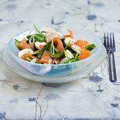 Salade épinards et saumon fumé - une recette Equilibré - Cuisine Chia Fresca, Poke Bowl, Buddha Bowl, Fruit Salad, Love Food, Potato Salad, Serving Bowls, Salads, Menu