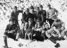 戦時、陸軍兵たち、雪が降って記念撮影
