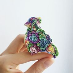 A metamorphosis of polymer clay and quilling! Polymer Clay Kunst, Sculpey Clay, Polymer Clay Animals, Polymer Clay Flowers, Polymer Clay Charms, Polymer Clay Projects, Polymer Clay Creations, Clay Crafts, Polymer Clay Jewelry