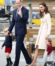 Catherine, Duchess of Cambridge & Prince William, Duke of Cambridge, Prince George and Princess Charlotte depart Victoria after the Royal Tour of Canada👑🌍 William Kate, Prince William And Catherine, Duke And Duchess, Duchess Of Cambridge, Princesse Kate Middleton, Kate And Meghan, Prince George Alexander Louis, Royal Life, Kate Middleton Style