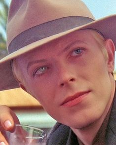 David Bowie as Thomas Jerome Newton (Tommy) on the movie The Man Who Fell to Earth ❤️ Angela Bowie, David Bowie, Iggy Pop, Catherine Deneuve, David Jones, Glam Rock, Bambi, Duncan Jones, Rock N Roll