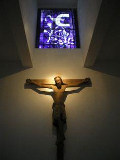 Vitrail de Braque, la chapelle Saint-Bernard de la Fondation Maeght, Saint-Paul de Vence, France