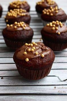 Mufinki piernikowe z czekolada wilgotne Baking Recipes, Cake Recipes, Dessert Recipes, Desserts, Sweet Little Things, Polish Recipes, Fun Cupcakes, Food Design, Christmas Baking
