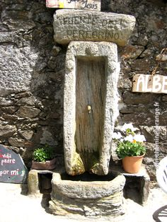 Fuente del peregrino Firewood, Fountain, Texture, Funny, Outdoor Decor, Crafts, Home Decor, Pilgrim, Fonts