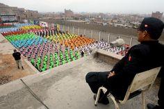 Vestiti in uniformi colorate, saltellanti su step artigianali in legno e guardati a vista dalle guardie carcerarie: sono i 1200 detenuti del carcere di Lurigancho a Lima, che hanno battuto il record della durata di una sessione di fitness all'interno di una prigione. Ladri, assassini, spacciatori e
