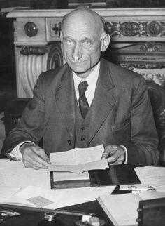 Robert Shuman (1886-1963) devient ministre francais des affaires etrangeres et lance l'idée de la CECA (Communauté Européenne du Charbon et de l'Acier)