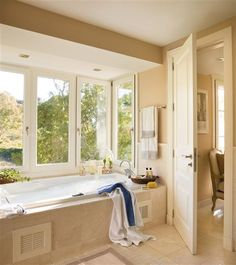 Bañera bajo el ventanal