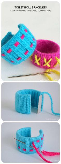 Pulseiras de rolo de papel higiênico e lã.
