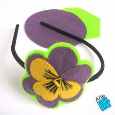 Tiara com aplicação de flor em feltro bordada. Dimensões da flor: 8,0 x 8,0 cm. Acabamento perfeito, veja as outras fotos. R$ 30,00