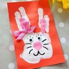 Pour fêter l'arrivée du printemps, voilà une idée d'activité manuelle pour réaliser une jolie carte lapin de Pâques avec l'empreinte de main de votre enfant