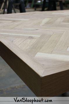 Eiken tafel met visgraat design. Hoe stoer zou dit staan in jou huis? #eettafel #eikeneettafel #visgraat #visgraatdesign #eettafelmetvisgraatdesign #hout #gebruikthout #sfeerinjehuis #houtinhuis #houtinjeinrichting