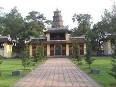 La pagode Thien Mu VN Situé sur la colline Hà Khê, une vue imprenable sur la rivière des parfums qui se trouve en contrebas. tres touristique