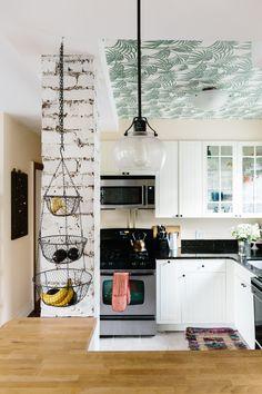 Se puede poner un wallpaper en el techo de la cocina. Esto puede ayudar a dar una sensación de mayor espacio y de agregar algo de color